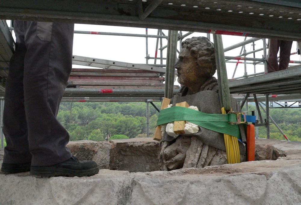 Une des statues des Antiques en cours de dépose