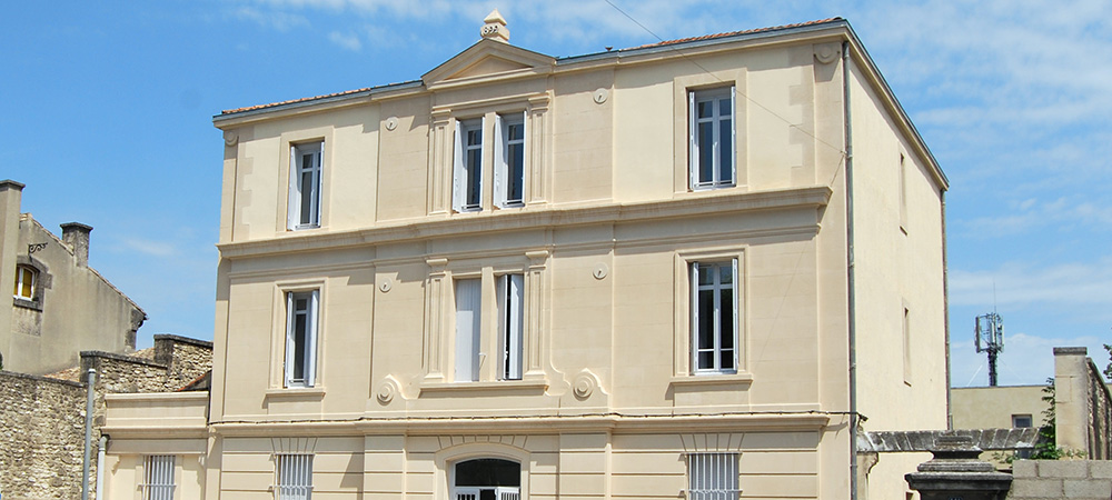 facade-pole-social