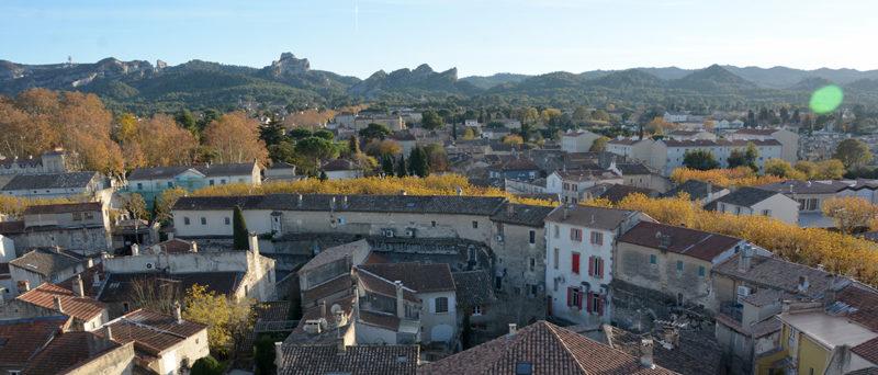 Le centre ancien de Saint-Rémy et les Alpilles vus depuis la collégiale Saint-Martin