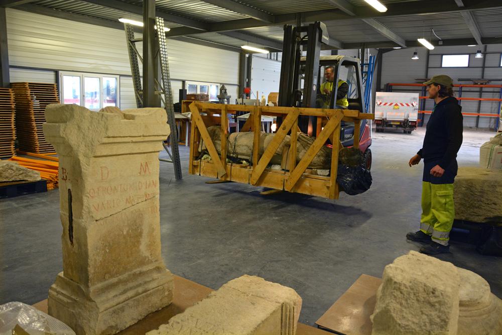 Les statues des Antiques en cours de déménagement dans les réserves du musée