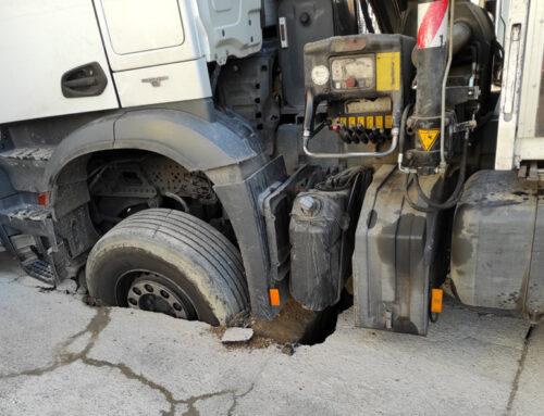 Un camion coincé sur un trottoir boulevard Marceau