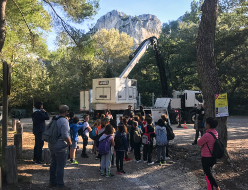 Les écoliers visitent les décors du tournage au lac de Peiroou